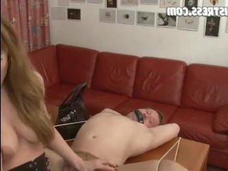 Женщина трахает мужика страпоном в наказание за пьянство