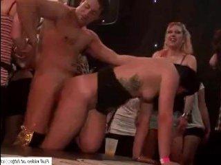 Голые девки на сцене занимаются сексом с парнями
