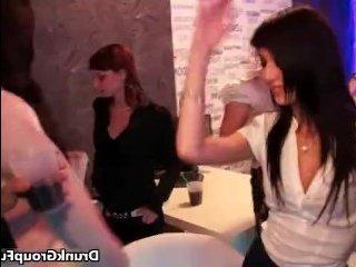 Молодые пьяные девки сосут члены на порно вечеринке