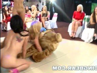 Пьяные девушки сосут члены на отвязной вечеринке