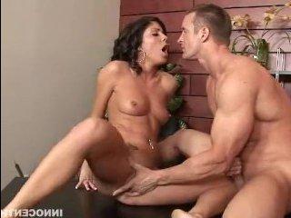 Самая сексуальная женщина ебется с парнем в офисе