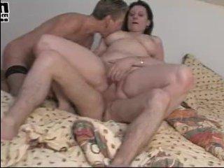 Зрелые голые женщины с широкими бедрами трахаются с парнем