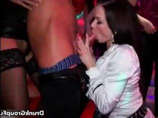 Парень трахает пьяную женщину на порно вечеринке