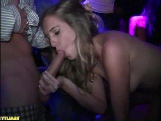 Порно оргии женщин и мужчин в ночном клубе на танцполе