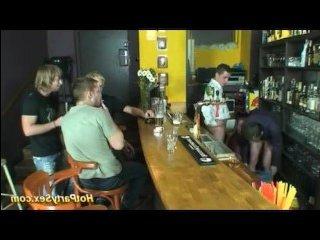 с пьяными мужиками трахается блондинка в баре