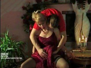 Парень ебет пьяную зрелую блондинку раком и кончает в рот