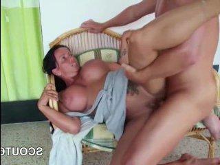 Парень трахает пьяную маму с большой силиконовой грудью
