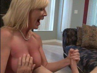 Порно ролик: пьяная мама увлеченно подрочила сыну