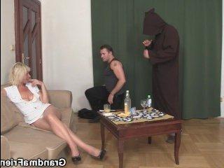 Русская мама трахается с сыном и его лучшим другом