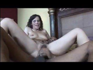 Трахается красивая зрелая жена с негром - порно в лучших традициях