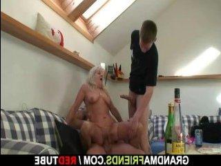 Два мужика трахают пьяную девушку во все дыры