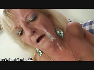 Два пацана трахают зрелую и пьяную маму в попу