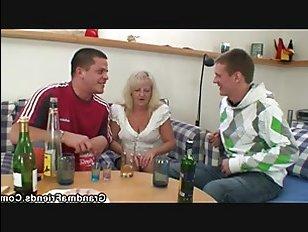 Порно видео с пьяной бабушкой, которая дала внуку и его другу