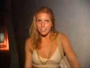 Пьяные голые девки на улице: молодая сучка кончает возле бара