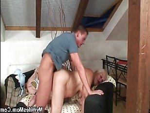 Секс взрослой пьяной мамы девушки с ее молодым парнем