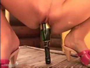 Блондинка пиздой села на шампанское скачать порно соло девушки
