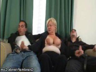 Чумовое порно: бухую бабу ебут крепкие молодые парни