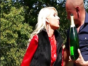 Классный секс пьяных зрелых женщин на природе