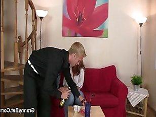 В увлекательном порно видео пьяная зрелая дамочка отдается парню