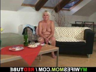 Секс пьяной зрелой женщины и мужа её молоденькой дочки
