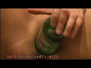 Молодая пьяная голая телочка трахает себя бутылкой