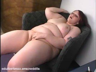 Рыжая пьяная пизда мастурбирует на камеру и бурно кончает