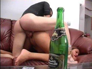 Ебет пьяную русскую на диване и кончает ей на лицо
