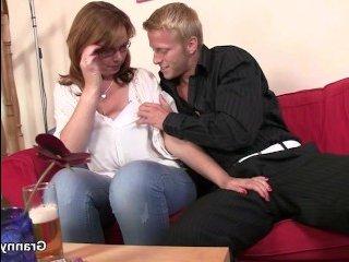 Мужик снял в баре и выбел пьяную бабу у себя дома